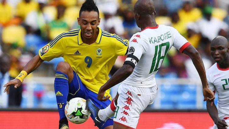 Pierre Aymeric Aubameyang en duel avec Charles Kaboré (GABRIEL BOUYS / AFP)