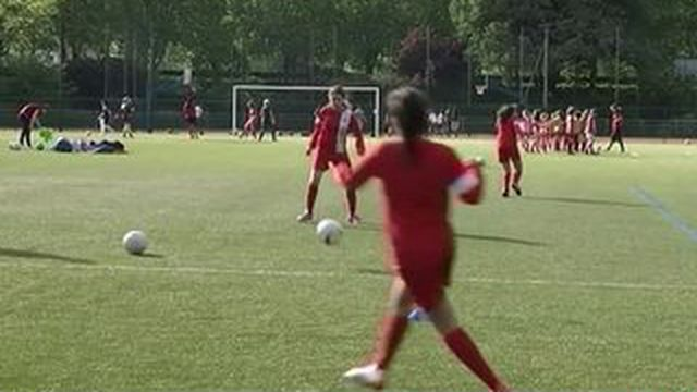 Le foot féminin attire les jeunes sportives