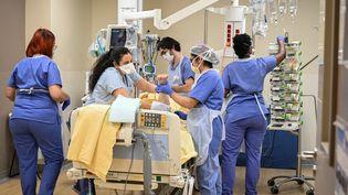 Des soignants dans le service de réanimation de l'hôpital Avicenne à Bobigny (Seine-Saint-Denis), le 8 février 2021. (BERTRAND GUAY / AFP)