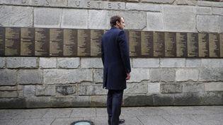 Emmanuel Macron devant le Mur des Justes lors d'une visite au Mémorial de la Shoah le 30 avril 2017 (PHILIPPE WOJAZER / POOL)