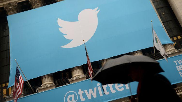 Le logo de Twitter sur la bourse de New-York (Etats-Unis), le 7 novembre 2013. (EMMANUEL DUNAND / AFP)
