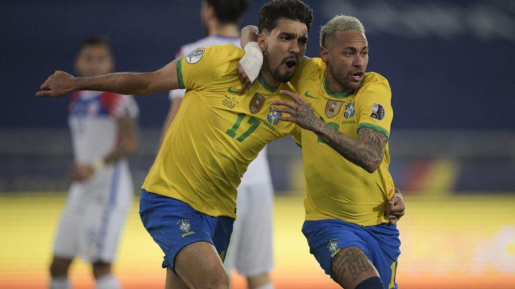 Lucas Paqueta et Neymar célèbrent l'ouverture du score du Brésil face au Chili lors des quarts de finale de la Copa America, le 2 juillet 2021. (CARL DE SOUZA / AFP)