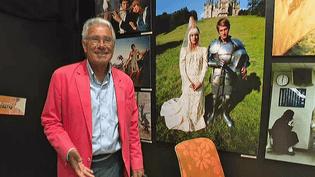 """Jean-Marie Périer pose devant l'exposition """"Sixties, le temps des idoles"""" de Saint-Quentin (Aisne)  (France 3 / Culturebox )"""