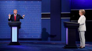 Donald Trump et Hillary Clinton s'affrontent lors du dernier débat de la campagne présidentielle, le 19 octobre à Las Vegas (Nevada). (RICK WILKING / REUTERS)