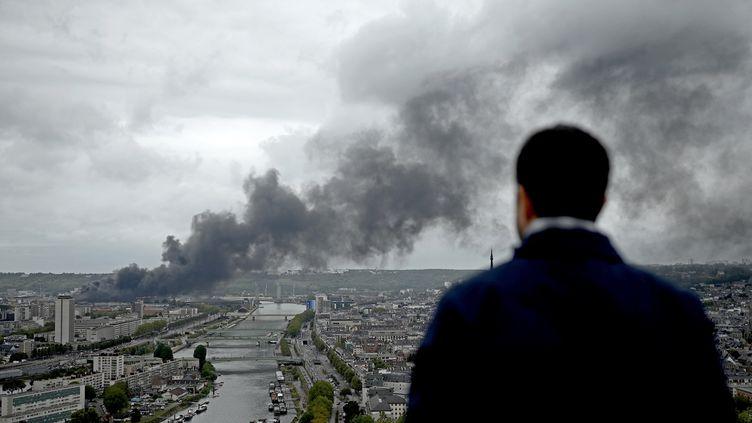 L'incendie de l'usine Lubrizol à Rouen, le 26 septembre 2019. (PHILIPPE LOPEZ / AFP)