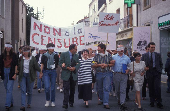 """Manifestation contre l'interdiction de projection du film """"Basic Instinct"""" de Paul Verhoeven programmé au Grand Ecran, cinéma de la ville Les Herbiers en juin 1992. (ALAIN LE BOT / GAMMA-RAPHO)"""