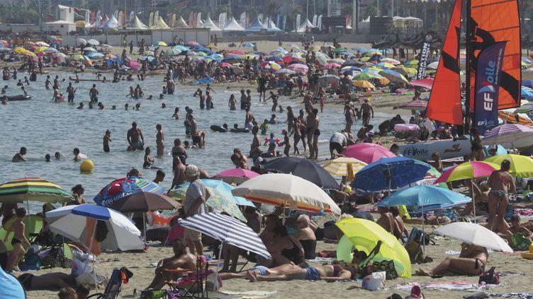 Des baigneurs sur la plage deCanet-en-Roussillon (Pyrénées-Orientales), le 26 juillet 2018. (RAYMOND ROIG / AFP)