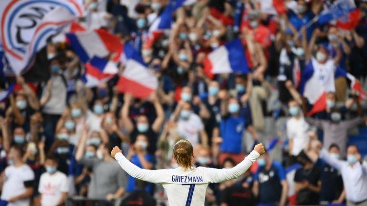Antoine Griezmann salue le public du stade de France juste avant le début dumatch face à la Bulgarie, le 8 juin (FRANCK FIFE / AFP)
