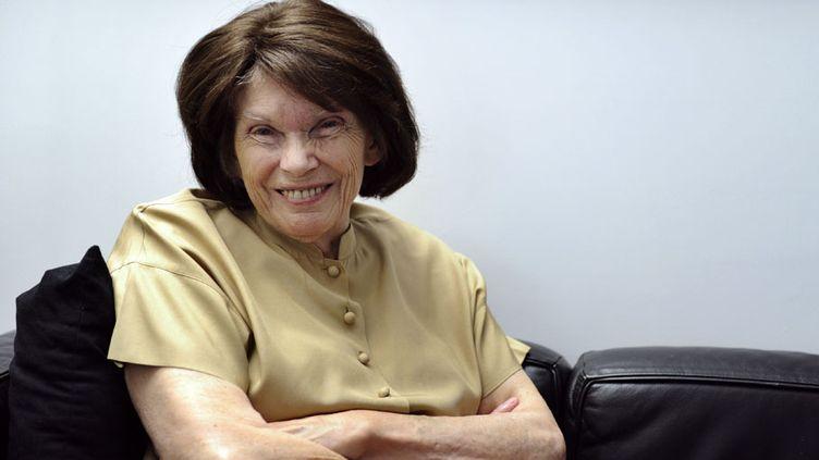 Danielle Mitterrand, fondatrice de l'association France Libertés, pose, à l'âge de 87 ans, à son domicile parisien, le 3 octobre 2011. (MIGUEL MEDINA / AFP)