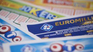 Un assortiment de tickets de plusieurs jeux de la Française des jeux, le 27 mars 2018. (JOEL SAGET / AFP)