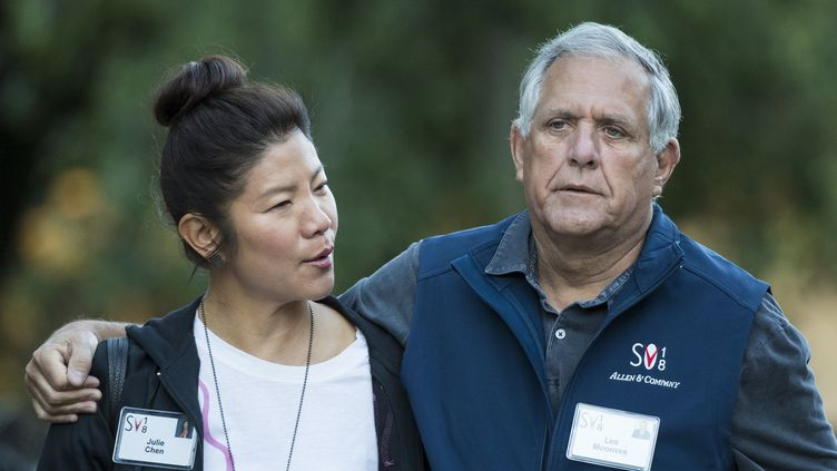 "Leslie ""Les"" Moonves et son épouse la productrice Julie Chen, en juin  (Drew Angerer / GETTY IMAGES NORTH AMERICA / AFP)"