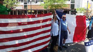 Bill Peduto, le maire de Pittsburgh, devant les drapeaux américains et français, déclare qu'il suivra l'accord de Paris. (RADIO FRANCE / PHILIPPE RANDE)