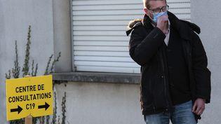 Un homme attend devant le centre de consultations habilité à dépister le Covid-19 à Mulhouse le 9 mars 2020. (SEBASTIEN BOZON / AFP)