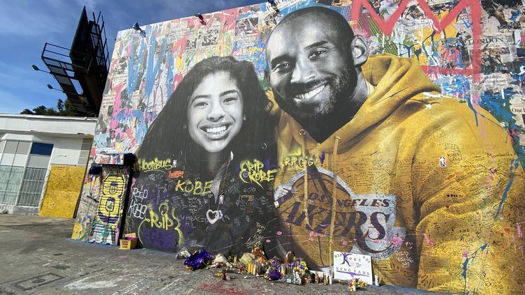 Une fresque rendant hommage à Kobe Bryant et sa fille Gianna, le 6 février 2020 à Los Angeles (Californie). (FPA / FULL PICTURE AGENCY / AFP)
