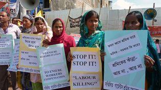 Des ouvriers du textile bangladais manifestent sur le site de l'usine de vêtement de Rana Plaza dans la banlieue de Dhaka, (Bangladesh) six mois après le désastre. Les parents des 1,135 personnes qui ont perdu leurs vies quand le complexe de Place Rana s'est effondré le 24 avril 2013.  (KAMRUL HASAN KHAN / AFP)