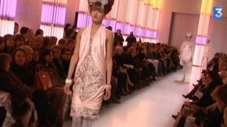 Lagerfeld pour Chanel : un printemps-été 2010 pastel et argenté  (Culturebox)
