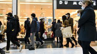De nombreux commerces ouvriront le dimanche pendant les fêtes de fin d'année. (MAGALI COHEN / HANS LUCAS)