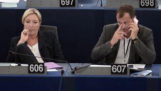 Marine Le Pen et Louis Aliot, au Parlement européen, à Strasbourg (Bas-Rhin), le 15 juillet 2014. (FREDERICK FLORIN / AFP)