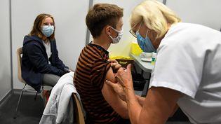 Des adolescents se font vacciner à Bourg-en-Bresse, le 31 août 2021. (LAURENT THEVENOT / MAXPPP)