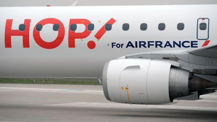 Présentation d'un avion Hop ! d'Air France à l'aéroport Paris-Orly, le 26 mars 2013. (ERIC PIERMONT / AFP)