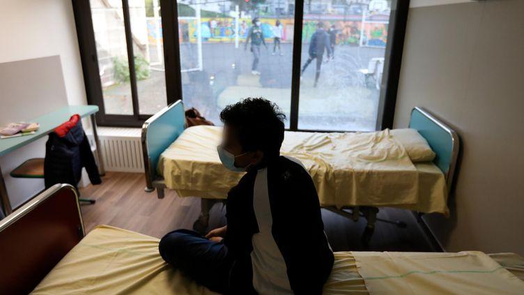 Un enfant hossitalisé dans l'unité de pédopsychiatrie de l'hôpital Robert Debré à Paris, le 10 novembre 2020. (ARNAUD JOURNOIS / MAXPPP)