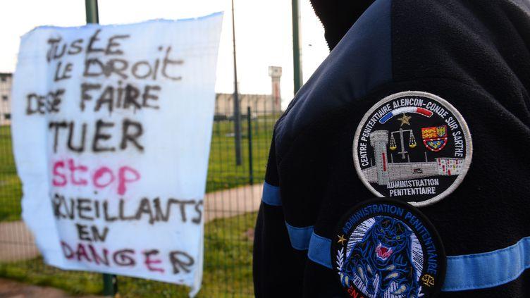 Un surveillant de la prison de Condé-sur-Sarthe. (JEAN-FRANCOIS MONIER / AFP)