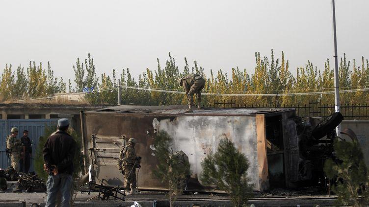 Le bus de l'Otan victime d'un attentat suicide commandité par les talibans, à Kaboul, le 29 octobre 2011. (MOHAMMAD ISMAIL / REUTERS)