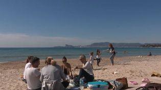 Sur la Côte-d'Azur, les températures clémentes et le soleil radieux donnent un avant-goût de vacances. (FRANCE 2)