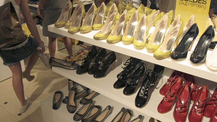 Photo d'illustration d'un présentoir de chaussures. (JACQUES DEMARTHON / AFP)