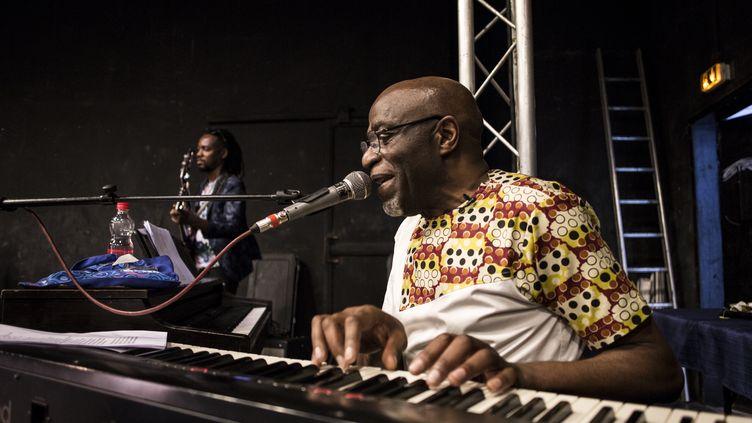 Ray Lema sur scène le 13 juin 2019 à Kinshasa, avec son groupe au Jazzkiff Festival (JOHN WESSELS / AFP)