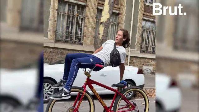 """Ils se retrouvent par dizaines pour rouler dans Paris. Des vélos modifiés, des figures d'acrobates à deux roues, de la solidarité et beaucoup de passion... Bienvenue dans la """"bikelife""""."""