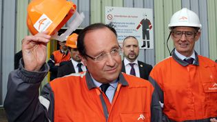 Le président de la République, François Hollande, lors de saprécédente visite dans l'usine sidérurgique de Florange (Moselle), le 26 septembre 2013. (PHILIPPE WOJAZER / AFP)