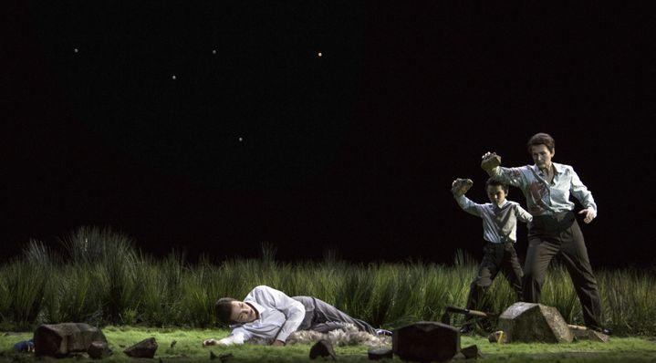 L'assassinat d'Abel : à terre, Olivia Vermeulen (Abel), debout Kristina Hammarström (Caïn).  ( Bernd Uhlig / Opéra national de Paris)