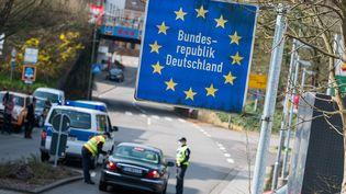 Le contrôle d'un véhicule à la frontière allemande, en mars 2020. (OLIVER DIETZE / DPA / AFP)
