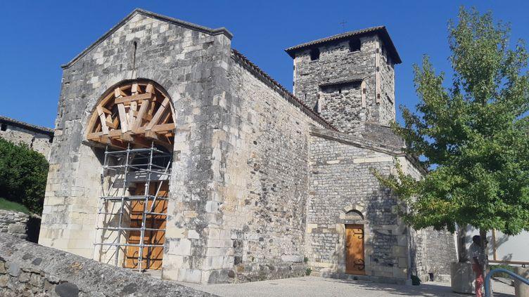 """L'église du quartier de Mélas au Teil date du XIIème siècle. Elle a beaucoup souffert du tremblement de terre du 11 novembre 2019 et le maire """"ne sait pas du tout"""", ce qu'elle va devenir. (PIERRE-JEAN PLUVY / RADIOFRANCE)"""