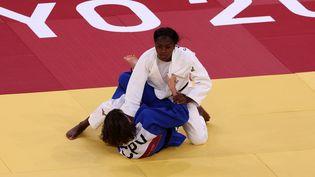 Le ippon victorieux de Clarisse Agbegnenou contre la Cap-verdienne Sandrine Billiet, mardi 27 juillet. (JACK GUEZ / AFP)
