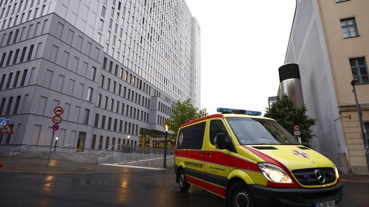 L'ambulance qui a transporté l'opposant russe Alexeï Navalny à l'hôpital de la Charité, à Berlin (Allemagne), le 22 août 2020. (ABDULHAMID HOSBAS / ANADOLU AGENCY / AFP)
