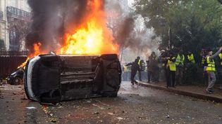 """Des heurts éclatent en marge de la manifestation des """"gilets jaunes"""" sur la place de l'Etoile, à Paris, le 1er décembre 2018. (KARINE PIERRE / HANS LUCAS / AFP)"""