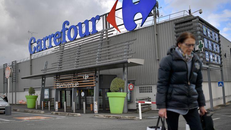 Une cliente quitte un magasin Carrefour à Nantes (Loire-Atlantique) le 26 janvier 2018. (LOIC VENANCE / AFP)