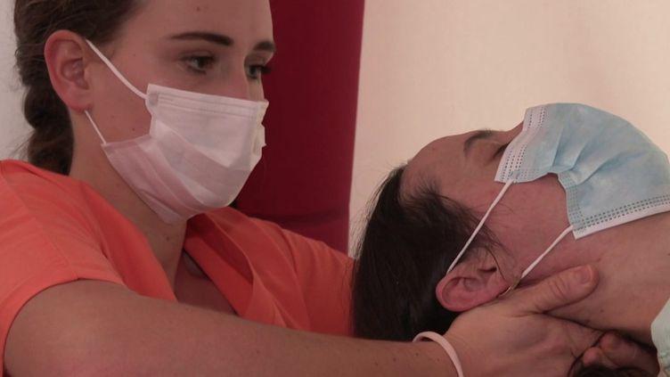 Les étudiants de l'école d'ostéopathie de Strasbourg ont décidé d'offrir des séancesaux soignants. (CAPTURE ECRAN FRANCE 2)