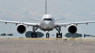 Un airbus A350 qui s'apprête à décoller (illustration). (CHRISTOF STACHE / AFP)