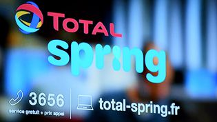 Le logo de Total Spring, la future offre de Total, présentée lors d'une conférence de presse, à Paris, le 5 octobre 2017. (ERIC PIERMONT / AFP)