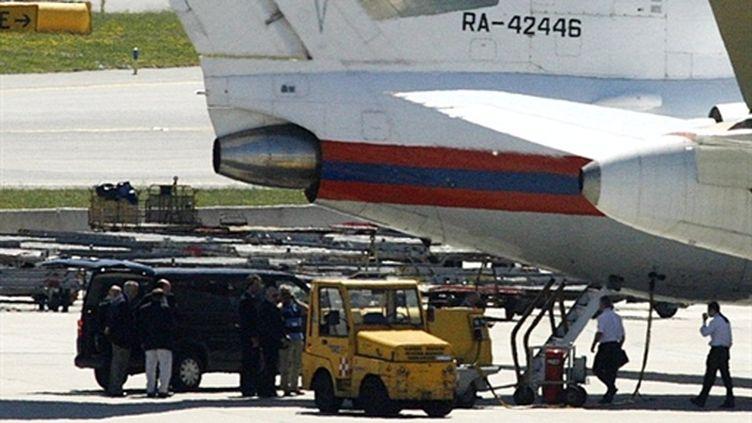 L'avion de la Vision Airlines, supposé transporter les 10 espions russes à l'aéroport de Vienne - 09/07/10 (AFP Dieter Nagl)