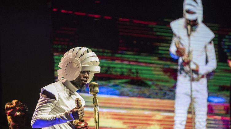 AfrotroniX, né au Tchad, résidant au Canada, reçoit le prix du meilleur DJ africainaux All Africa Music Awards (Afrima), organisés au Ghana le 25 novembre 2018. (CRISTINA ALDEHUELA / AFP)