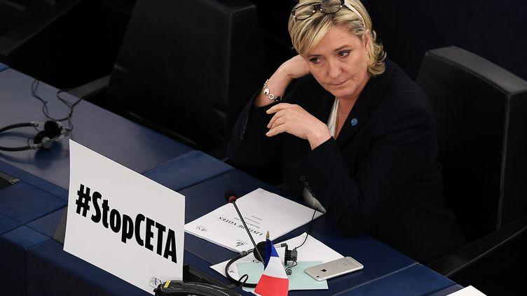 Marine Le Pen, le 15 février 2017 au parlement européen à Strasbourg (Bas-Rhin). (FREDERICK FLORIN / AFP)