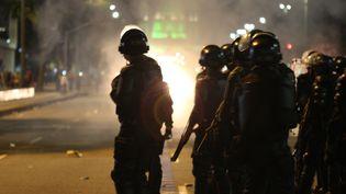 Des milliers de manifestants protestent dans les rue de Rio de Janeiro, au Brésil (LUIZ SOUZA / NURPHOTO / AFP)