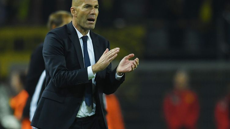 Zinédine Zidane sur le banc du Real Madrid (BERND THISSEN / DPA)