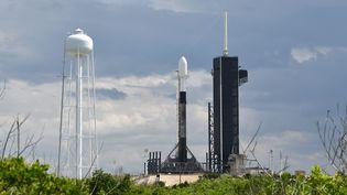 Une fusée SpaceX Falcon 9 s'apprète à lancer 57 satellites Starlink, le 10 juillet 2020. (JOE MARINO / MAXPPP)