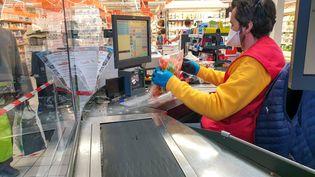 Dans un supermarché Auchan de Valence (Drôme), le 7 avril 2020. (NICOLAS GUYONNET / HANS LUCAS / AFP)