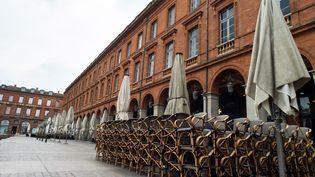 La place du Capitole, à Toulouse, déserte, le 17 mars 2020. (MATTHIEU RONDEL / HANS LUCAS / AFP)